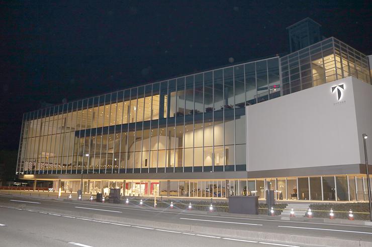 部分開館を翌日に控え、夜まで準備作業が続く富山県美術館=24日午後8時、富山市木場町