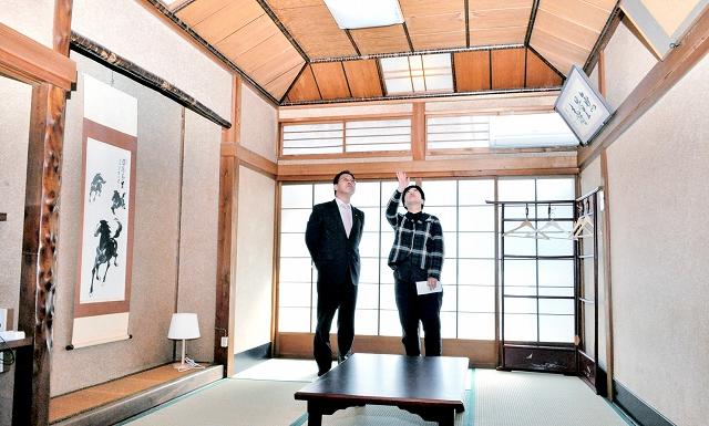 料亭時代の趣を残し宿泊スペースとなる「桜の間」=25日、福井県小浜市香取の「三丁町ながた」