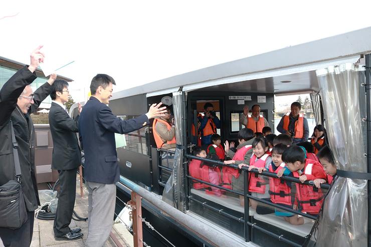 記念乗船会に出発する園児たち=富岩運河環水公園