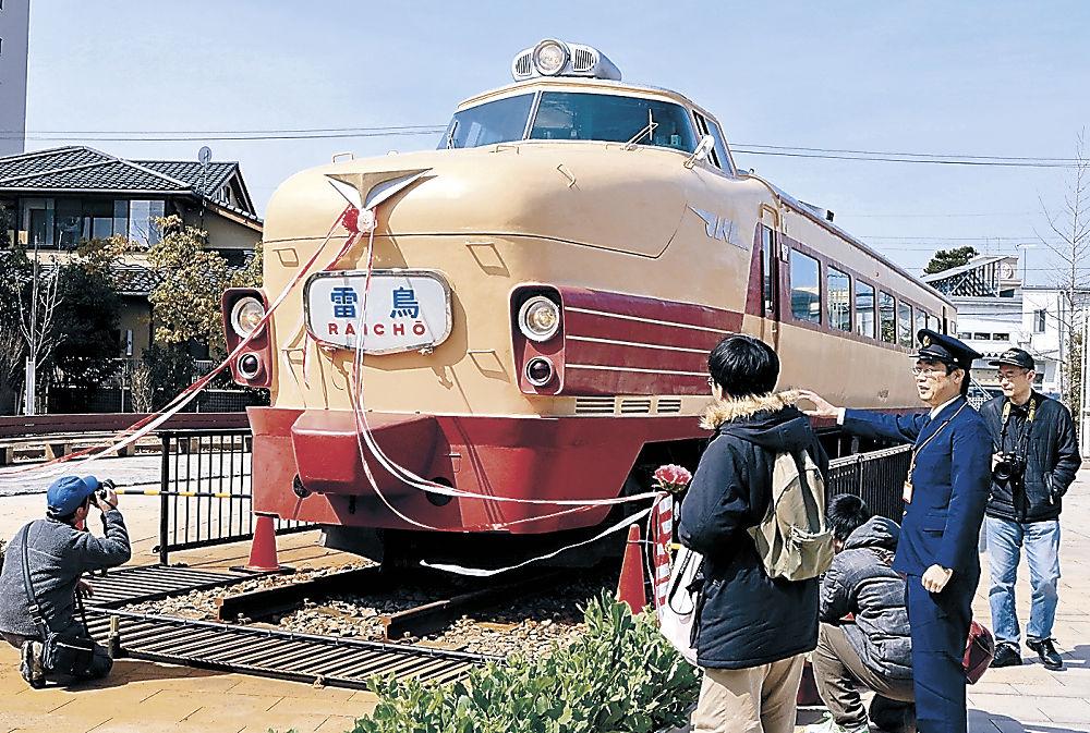 北陸線登場時の姿に復元されたボンネット型特急電車=小松市土居原町