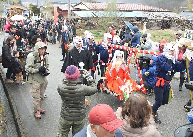 旧善光寺街道を練り歩いた「狐の嫁入り」の行列=26日、筑北村