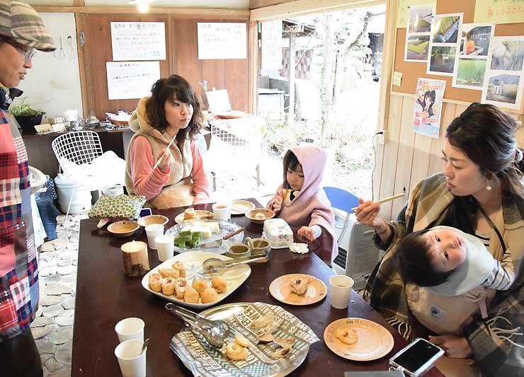 中原さん(左)の作った料理を食べながら会話を楽しむ子連れの母親たち