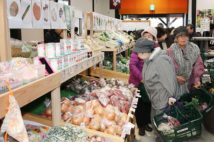 オープンを迎え、客でにぎわう「おもてなし広場」の直売所=24日、弥彦村