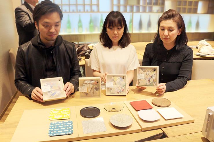 スズや和紙などざまざまな素材で制作された「越中富山 技のこわけ」ブランドの「福分け皿」=日本橋とやま館