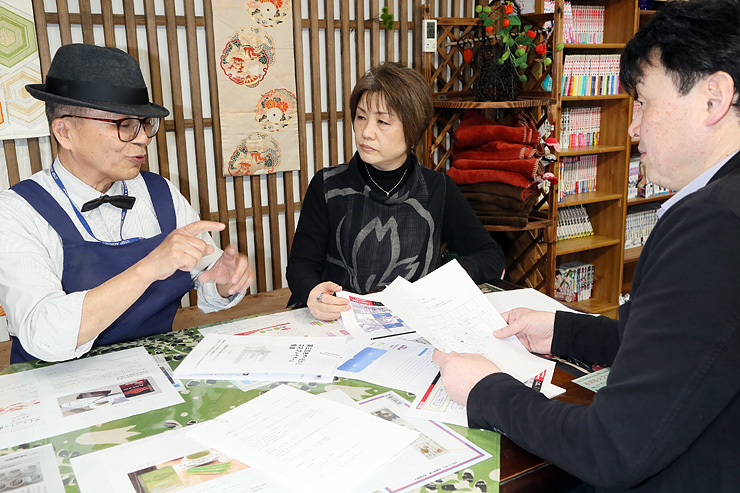 NPO法人設立へ準備する(左から)関澤さん、瀬戸さん、田悟さん=小矢部市の石動駅前商店街
