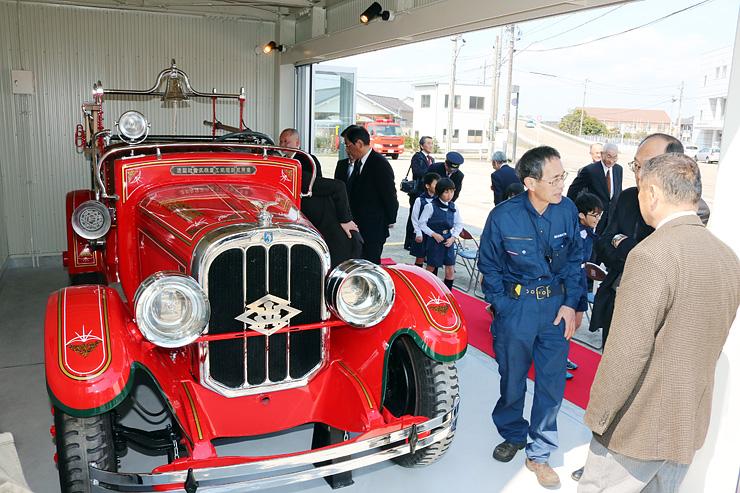 式後に修復されたチャンドラ号や展示施設を見学する出席者=砺波消防署