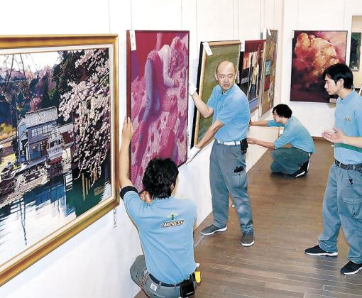 作品の配置を確認する関係者=金沢21世紀美術館