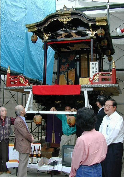 2002年に展示された中下飯田鍛治町の歌舞伎山。15年ぶりに組み立てて町内で展示される