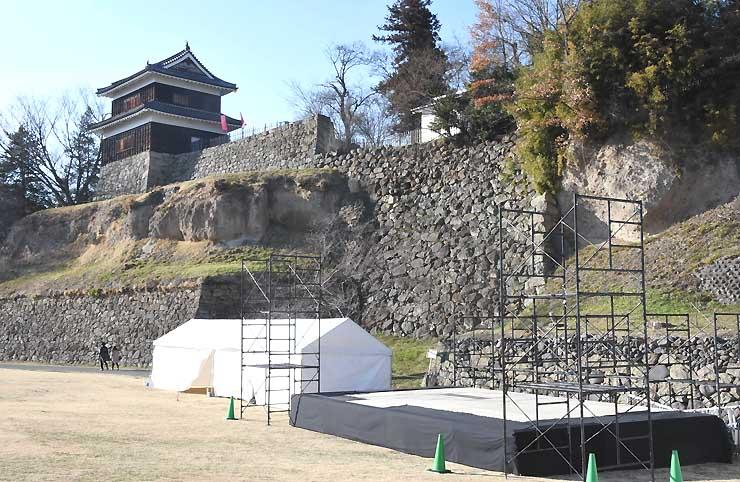 上田城跡公園芝生広場で設営中の特設ステージ。まつりの準備が進む