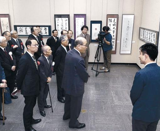 入賞作を鑑賞する開場式出席者=金沢市の石川県立美術館