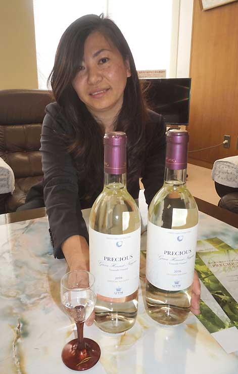 新商品のワイン「PRECIOUS」と高橋さん
