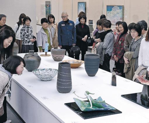 工芸の出品者の感性と技に見入る来場者=金沢市の石川県立美術館
