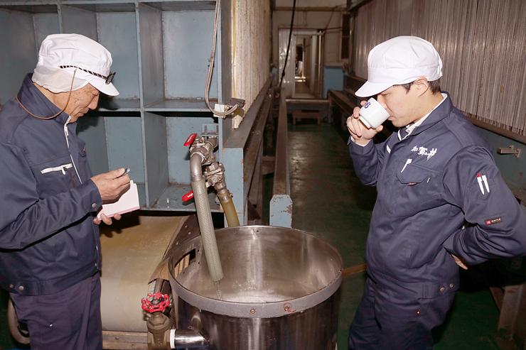 原酒の味を確かめる小林取締役(右)ら加賀の井酒造の関係者