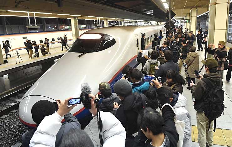 最後の運行でJR長野駅に到着し、大勢のファンに迎えられたE2系=1日午前0時5分