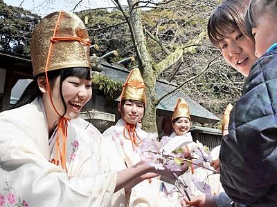 福娘と小枝交換、幸せ祈る 敦賀に春告げる花換まつり開幕