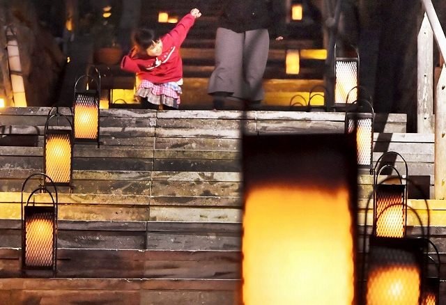あんどんがともり、幻想的な雰囲気に包まれた愛宕坂=1日夜、福井市足羽1丁目
