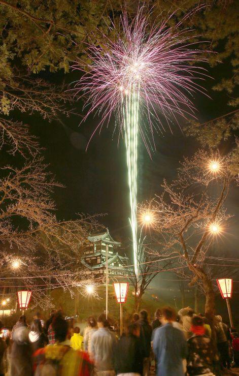 観桜会の開幕を祝って打ち上げられたスターマイン。高田公園には昼から多くの人が訪れたが、桜のつぼみは堅いまま=1日午後7時すぎ、上越市
