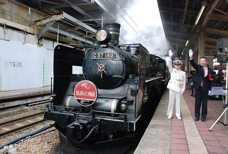 家族連れらを乗せ、出発する「SLばんえつ物語」号=1日、JR新潟駅
