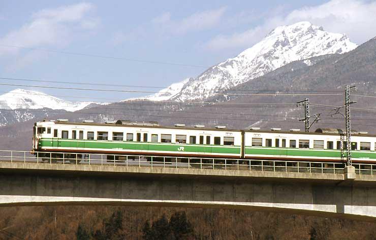 運行当時の「初代長野色」の車両(JR東日本提供)