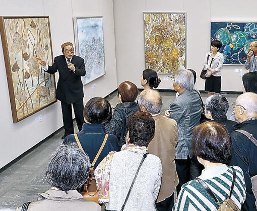 丹羽さんの解説に聞き入る来場者=金沢市の県立美術館
