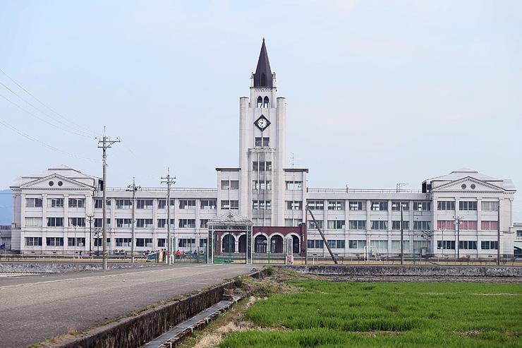 メルヘン建築の一つ、大谷中学校。時計塔は東京大安田講堂をモデルにしている