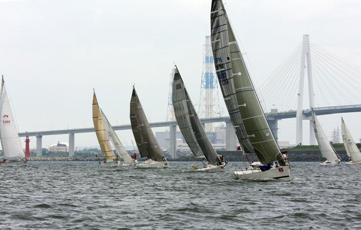 前回の富山大会で、海風を帆に受けて快走するヨット=2016年7月、射水市新湊地域沖