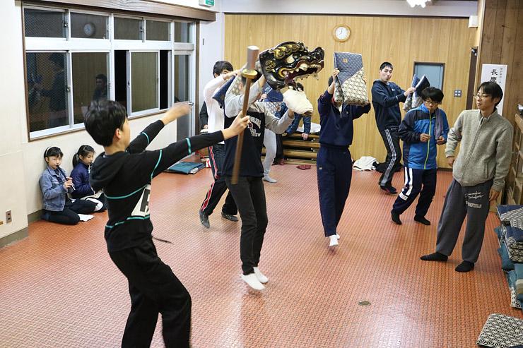 8日の獅子舞披露に向け、熱心に練習する参加者