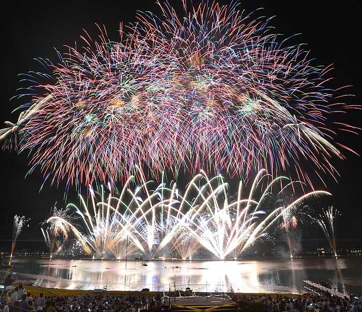 昨年8月の諏訪湖祭湖上花火大会