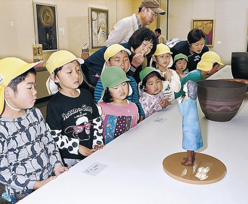 作品に見入る園児=金沢市の県立美術館