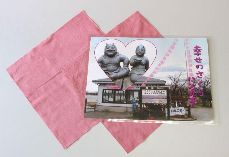 瓢湖で販売されるハンカチ=阿賀野市