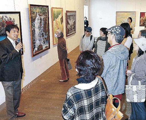 国友さんの解説を聞く来場者=金沢21世紀美術館