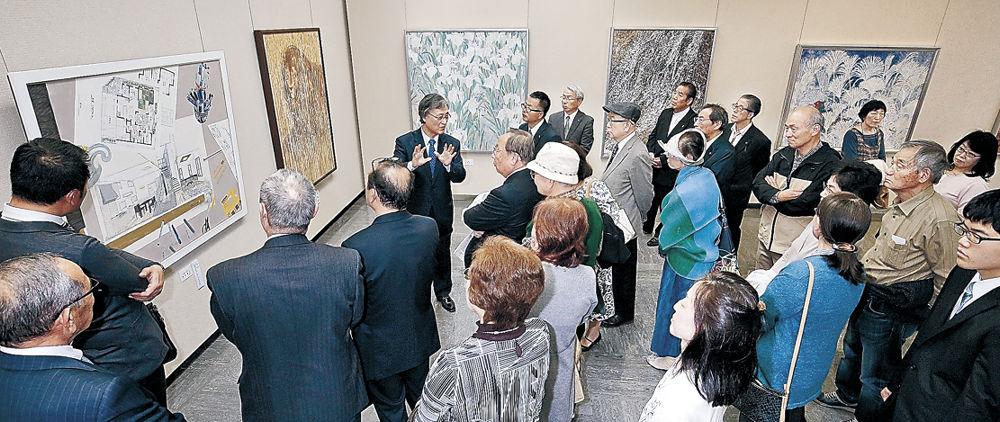 日本画の解説に耳を傾けるLCのメンバー=石川県立美術館