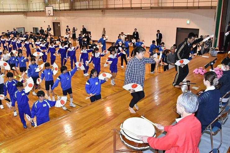 全国植樹祭に向け、踊りの練習に励む児童と魚津せり込み蝶六保存会員