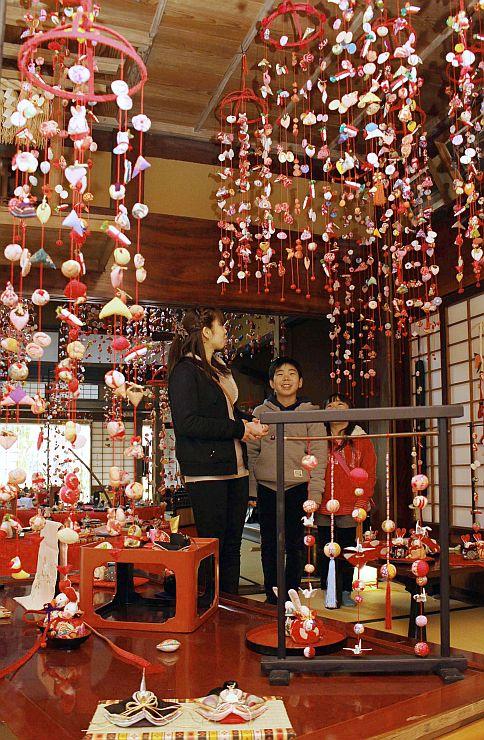 色鮮やかなつるし雛が飾られている飯塚邸=柏崎市新道