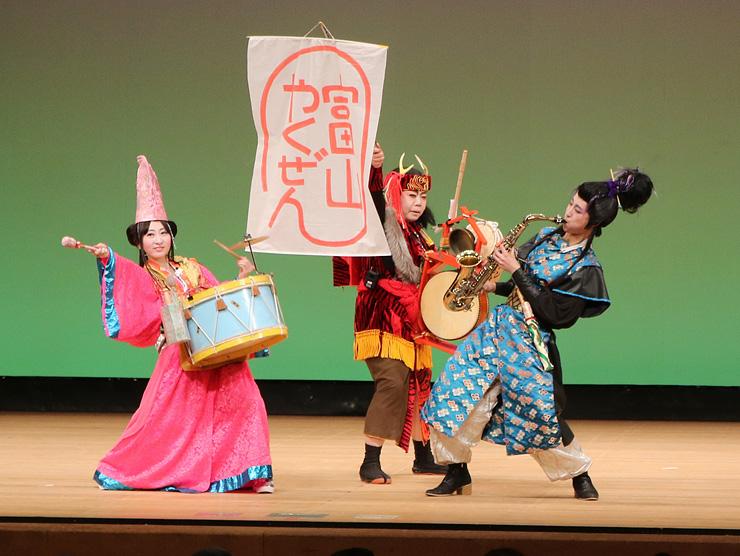 優勝したチンドン芸能社美香のステージ=県民会館