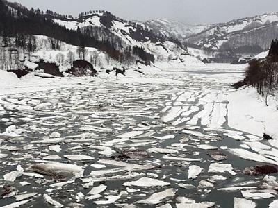 山あいに「流氷」 魚沼