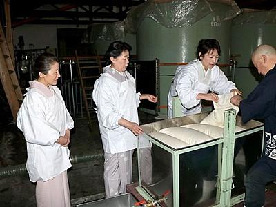 新発田・月岡温泉女将会 限定日本酒の搾り作業