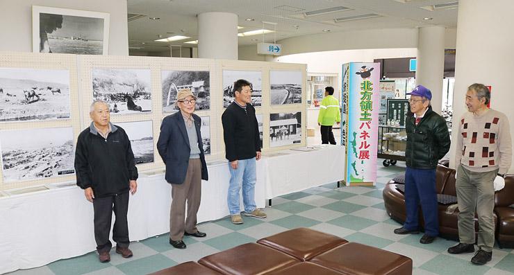 移転作業を終え、展示資料を見る吉田支部長(左から2人目)ら千島歯舞諸島居住者連盟富山支部のメンバー