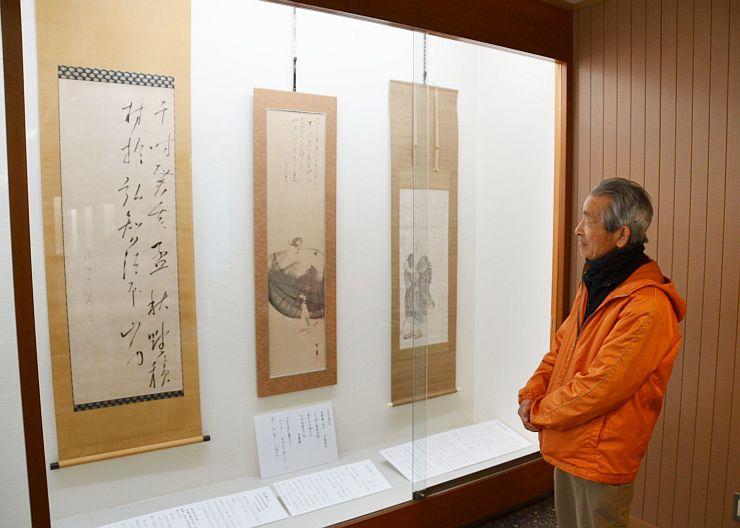 新たに見つかった作品(左と中央)などが並ぶ良寛記念館の春の企画展=12日、出雲崎町