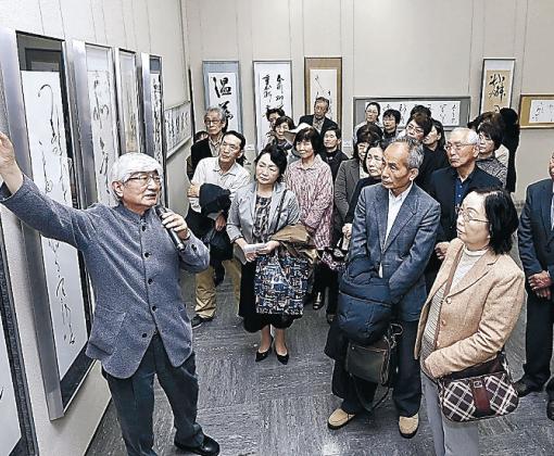 作品について解説する三藤さん(左)=石川県立美術館