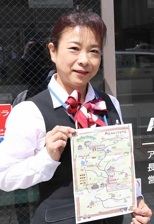 「戸隠みどころ案内図」を手にする田中さん