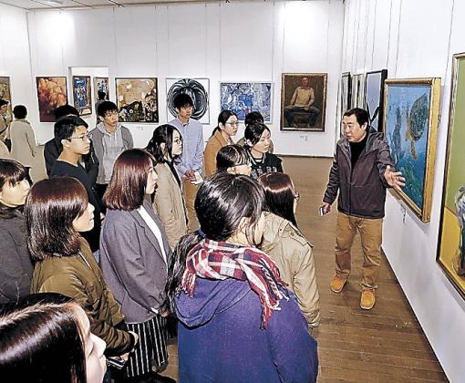 洋画を鑑賞する金沢美大の新入生=金沢21世紀美術館