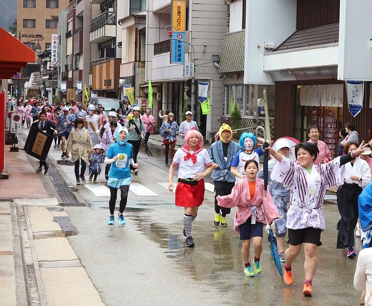 ユニークな仮装姿や浴衣姿で走る参加者