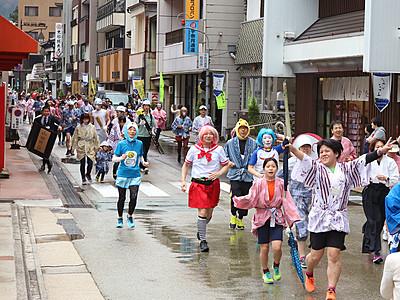 仮装160人温泉街疾走 SPAマラソンinうなづき
