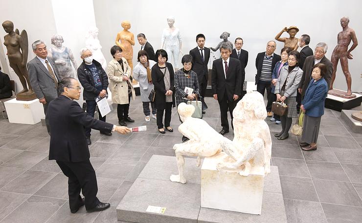 公開が始まり、夫婦や家族連れらが足を運んだ日展富山展。彫刻部門では解説会も開かれた=県民会館