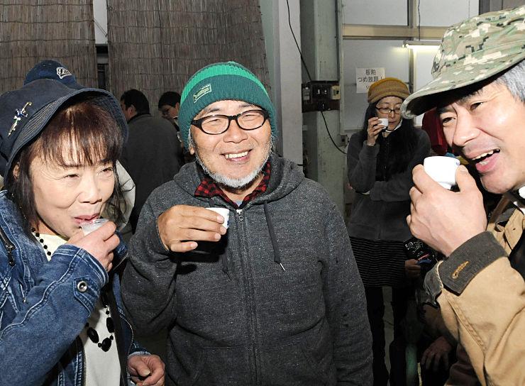 木曽町内の酒蔵を回りながら、笑顔で日本酒を味わう参加者たち
