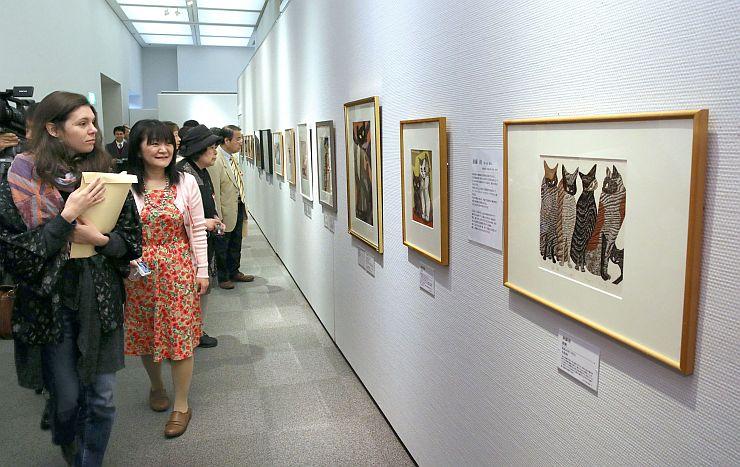 猫をテーマにした絵など約200点の作品が並ぶ企画展=15日、長岡市関原町1
