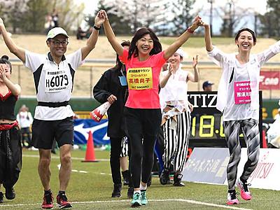 高橋尚子さんと手つなぎゴール 長野マラソン