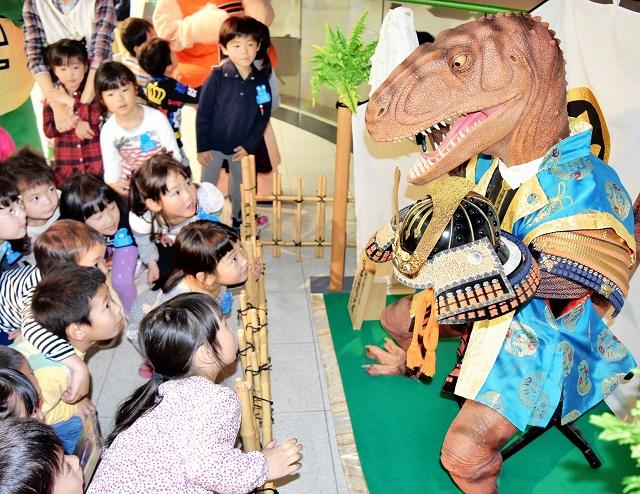 恐竜五月人形に興味津々の子どもたち=14日、福井県勝山市の県立恐竜博物館