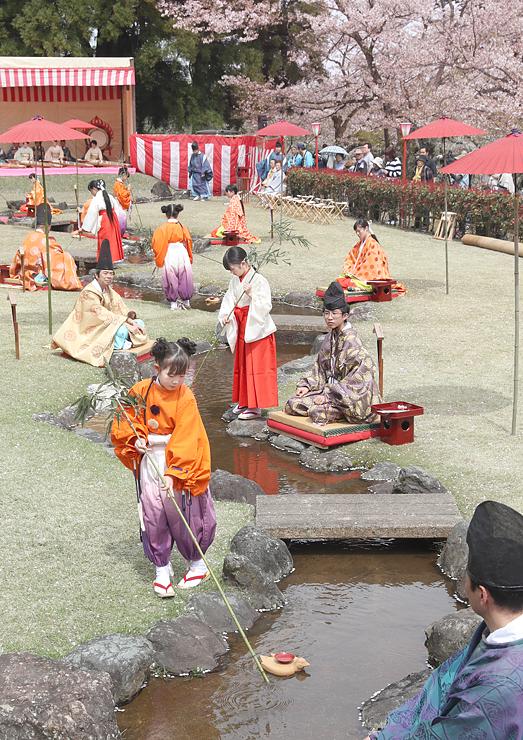 みやびやかな歌遊びを再現した「ふちゅう曲水の宴」=婦中ふるさと自然公園